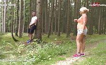 Fremden beim Masturbieren im Wald überrascht