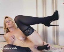 Milf in sexy Nylons masturbiert mit Riesendildo