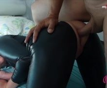Blonder Latexengel mit super enger Pussy