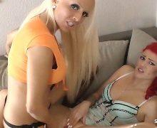 Blondine fickt Freundinen mit einem Strapon